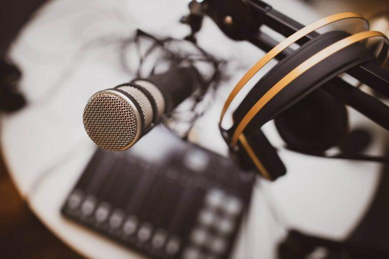 Mikrofon, stativ, headset og pult
